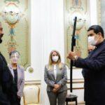 ASÍ TIENE AL PAÍS, HACIENDOSE P3ND3J0… NICOLÁS MADURO EXHIBE SU 'DESTREZA' CON LA ESPADA